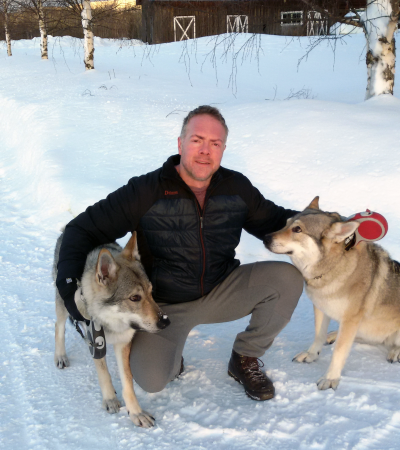 Koko mit Hunde im Schnee